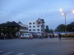 17:45 ナイトマーケットが開かれるシーサワンウォン通りのツーリスト・インフォメーションセンター前で解散。