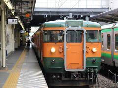高崎駅までは「18きっぷ」を使って普通電車で。   高崎駅には引退間もない旧国鉄型の緑とおれんじ色の、通称「湘南電車色」の電車が停まっていました。 国鉄時代は全国で見られた「湘南電車」。 昭和も遠くになりました。