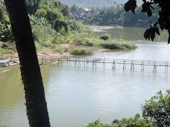 """で……昼食を食べるために店を探しているとナムカーン川に架かる竹橋発見。""""乾期のみの橋""""として有名です。"""