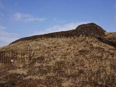 日本の山城にある石垣を思い出すような遺跡です。