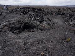 キラウエア・カルデラの底部(写真) 現在は陥没したエリアかも知れません。 火山活動は日々変化するので、状況確認が必要です。 この時も、よく見るとArea Closedという看板が立っている道がありました。