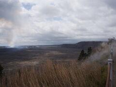 登った崖(Steaming Bluff)の上部からキラウエア・カルデラ内部のハレマウマウ火口を撮影。