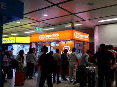 空港内の両替所よりレートが良いらしい エアポートレールリンク(ARL)の改札すぐそばにある両替所で。