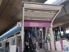 BTSに乗り換える時に、自動改札の通り方がわからず困っていたら 出勤途中らしき女性が教えてくれ、無事改札通るまで見守ってくれてました。 そしてお約束のように改札に挟まれるワタクシ(^^; BTSのの自動改札、閉まるの早すぎでコワイ~ (何度も挟まれました・・・)  サパーンタクシン駅に到着。 BTSの駅は上りエスカレータがあったとしても 下りは階段のみのところがほとんどで スーツケースを抱えて気合でおります。
