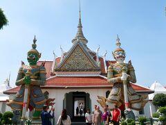船着き場から仏塔に向かう途中に寺院を見かけたので ちょっと覗いてみます タイ舞踊でもおなじみの鬼が門番