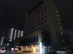 宿泊先のホテルパールシティ秋田川反にチェックイン。周辺に同系列が合わせて三軒あり、割と普通のビジネスホテルですが、比較的リーズナブル。二泊で税込7900円くらい。過去に秋田に行った時は駅前にある「ホテルハワイ」に宿泊していたんですけど、2009年に倒産したらしいです。秋田なのにハワイ、というネーミングが印象的で安いわりにちゃんとしていたのに残念。もっとも秋田市内のビジネスホテルは安めです、極端な安宿もなさそうですが。