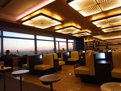 羽田空港のラウンジです。朝早いからか、空席も多いです。