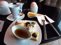 ラウンジでチェックイン。ついでに、アフタヌーンティーの時間を少し楽しませていただきます。プアール茶がお願いできるようになっていた。今まで中国茶はジャスミンしか無いって言われたのに。嬉しい発見!