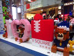 今年のISQUAREは、レゴでできた飾りです。待ちの飾りを見つつ、進む先は…。