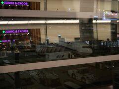 羽田から深夜発のANA821便に搭乗。機材は羽田発着の国際線では影が薄くなったB767です。