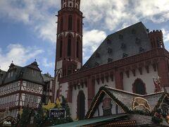 旧市街の中心・レーマー広場まで来ました。 見えている先端が緑色の教会は、ニコライ教会。 レーマー広場のクリスマスマーケットが、やっぱり一番賑やかでした。