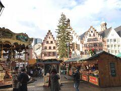フランクフルト観光の中心となるレーマー広場。 広場いっぱいに、クリスマスマーケットが広がっていました。 正面に見える旧市庁舎がレーマーと呼ばれるため、「レーマー広場」と呼ばれているそうです。