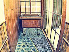 【鯛よし百番、大正時代の置屋で、歴史を偲ぶ】  2階のお部屋の前には井戸が....  ...そうです....常にお水が必要なんです......大人の付き合いには.....