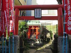芭蕉稲荷神社  芭蕉稲荷神社は、大正6年の津波来襲の後、芭蕉が愛好したといわれる石造の蛙が発見され、故飯田源太郎氏等地元の人々の尽力によりここに芭蕉稲荷が創建され、大正10年東京府により常盤一丁目が旧跡に指定されたといいます。