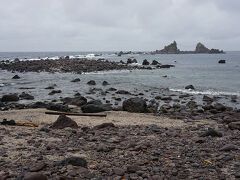 ●三ツ石海岸  雨は、小降りになったものの、さすがに風が強い。 このような場所、大好きなのですが、雨と風の影響で、とっても怖く感じます。 そそくさと、上がりました(笑)。