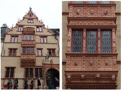 コルマールの旧市街で有名な建物。  その名も「Maison des Têtes(頭の家)」。  名前の由来はというと、良く見るとこの建物のファサードは105もの小さな顔の彫刻で飾られているのです。意識しないと通り過ぎてしまうかもしれません。