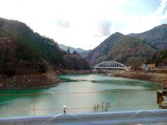 猿谷ダムの説明が流れた  あれ? このダムは貯水豊富だ! やっと十津川村を抜け、ここは五條市なんだって  とは言うもの、五条駅(街中)まではあと1時間は山道を走りますよ~
