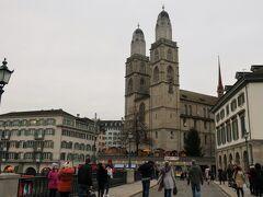 Grossmünster(グロスミュンスター)  プロテスタントの教会で、13世紀から14世紀の間にかけて建設されました。高くそびえる2本の塔は15世紀に建立された後に1度火災で焼失し、18世紀に再建されたものだそうです。