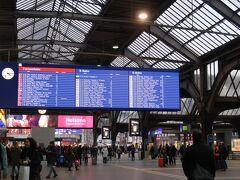 """Zürich Hauptbahnhof(チューリッヒ中央駅)  コンスタンツを後にしチューリッヒに到着。  ここでの楽しみは、駅構内で開かれているヨーロッパ最大規模の""""屋内""""クリスマス・マーケットです。  しかーし、物価が高いというのを即実感する出来事が。 トイレの料金がなんと・・・2ユーロ(約270円)!!!! ドイツは50セントだったのに…。  ※通貨はスイスフランですが、駅構内くらいであればユーロも使えます。ただし、おつりはスイスフランになります。"""