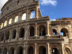 5日目 12/13  朝からフィレンツェからローマへ 4時間のバス移動 ツアーを選んでるときは列車移動の方がいいかもと悩んでいたけど、 バスはシートピッチにゆとりがあって綺麗だし、ホテルから直接乗れるし、なかなか快適な移動でした。 この日はこの旅で初めて見た青空! ミラノやベネチアのような寒さはなく、ローマはコートを着ていると汗をかくくらいの陽気でした。 コロッセオはさすがのど迫力。ここでどんなことが行われ、大昔の人々がどんな顔して観ていたんでしょう。 お隣のフォロロマーノは坂の上から全体的に眺めるのみ。20年前にたっぷり歩いたからいいか。