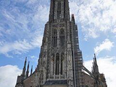 1377年から建設が始まり、500年以上の歳月を費やし、1890年に完成したウルム大聖堂。 世界一高い尖塔を擁するその姿に圧倒されます!  尖塔の高さ、160.53m。 ケルン大聖堂は157mで、わずかにウルムのほうが高かった。