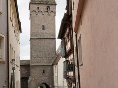 その脇の路地の奥に見えているのは、肉屋の塔(Metzgerturm)。