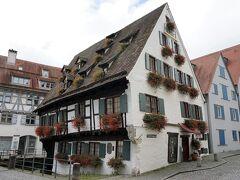 クローンガッセの突き当りを左折した先にあったのは、シーフェス・ハウス(shciefes haus)。 ドナウの漁師や、漁具職人たちが住んでいた地区にある、1443年に立てられた家。 この家が見たかったー!