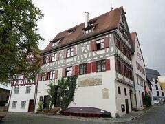 シューネス・ハウス(Schönes Haus)の角に出ました。