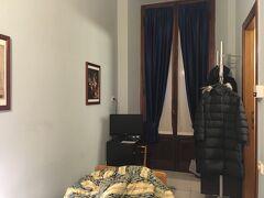 3日間お世話になっって、すっかりお気に入りになっちゃった Hotel Lombardiのシングルルーム。狭いけど、駅近くて、水回りも問題なし、ヒーターもあったかくて、文句なし!