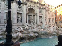 とぼとぼ歩いてゆくと、ありました! La Dolce vitaという映画でも有名なトレビの泉!