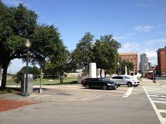 駅前から、教科書ビル方向(木立に隠れている茶色のビル) 木の下に車が走っていますが、略、暗殺現場付近です 結構な傾斜です、これがSPがケネディから離れた要因なんですけどね