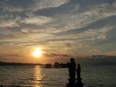 少し歩いて宍道湖の夕日を観に行きました。
