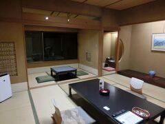 ホテルに預けていた荷物を受け取ってから松江駅まで歩き、バスで玉造温泉に向かいました。 電車で行くと近いのですが、時間が合いませんでした。 ホテルはバス停からすぐで、電車で行くよりも良かったと感じました。 部屋はひろくてゆったりできました。
