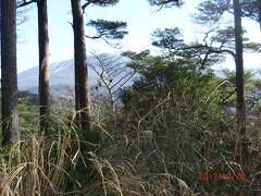 最後の日は午前中観光して昼には空港の側のレンタカー屋に返却して帰ります。 桜島はまた次回容易に行ける可能性があるので、 山道をドライブして霧島神宮に行きます。 展望ができる所を探して山の奥の方に行くと、 新燃岳の道標があり、木の間から遠望できました。 もう少し展望が良い所を用意してほしですね。