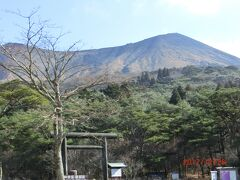 山が2つ繋がり、稜線がある山も、(富士山のように 一つ山も雄大で素晴らしいが、) 穏やかに見えていいものですね。 高千穂峰は1574mと高くないが木が生えてないからなのでしょうか? 素敵な山に見えました。