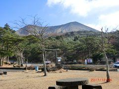 新湯温泉展望所が地図を見るとあったが実際にはバス停があっただけで、 展望できるような場所はありませんでした。 R104を下って高千穂峰の登山口のビジターセンターに来ました。 高千穂峰は美しい山ですね。 標高は1574mです。