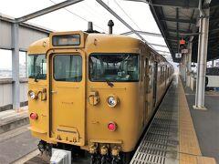 児島駅で琴平行に乗り換えます マリンライナーよりも車両の数が少ないのですが、座れました