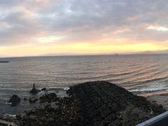 指宿温泉は鹿児島湾の入り口で、 湾の向こうの大隅半島が遠望できました。 指宿温泉を散歩。 左向こうに見えるのは魚見岳でしょうね。 昨日寄る予定でしたが雨なのでパスしました。