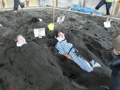 山川砂むし温泉砂湯里はパンフレットでは開放的な砂浜に あり、砂を掘って埋めてもらうのですが、 実際はビニールで仕切られた狭い部屋で、 熱くなく寒かった。