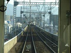 布施駅からは複線。 近鉄奈良線も、だいぶご無沙汰している間に、生駒山麓のあたりまでは全線高架になった。 以前はずっと地上を走り、各駅は商店街に囲まれた賑やかなところ、という印象がとても強かった。