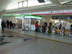 生駒駅の改札口。 真ん中の売店をはさんで、右側(赤ライン)が奈良線と生駒線。左側(緑ライン)がけいはんな線。 同じ近鉄線ながら、運賃体系が異なるため、改札口も異なる。両線の間には連絡改札口がある。まるで別会社。