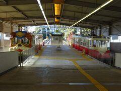 改札口を入ったところ。 左側が「宝山寺1号線」で、右側が「宝山寺2号線」。 通常、1号線のみが運転される。