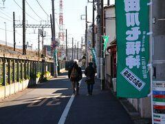 多聞寺‐毘沙門天に向けて 線路わきを歩きます。 案内標識がたくさんあって分かり易いです。