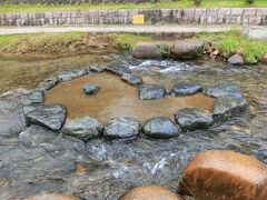 勾玉橋の近くの川の中には青めのうの原石があり、触ると幸せになれるとか。