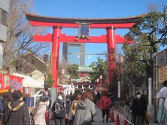 なんて思っていると富岡八幡宮に到着です。 昨年末にあんな事件があったので、あまり縁起が宜しくないと普段のお正月に比べるとかなり参拝客は少ないようで…(正月3が日の参拝客は例年の3割減の35,000人だったそうです)