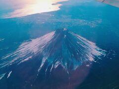今まで気にした事なかった or 時間帯や方向的に見える路線に乗ったことがなかったのですが、飛行機の上から富士山を見たい!というのが今回も目的の1つでもありました。 JALが作った便利なサイトがあって、利用するフライト#と日付を入力すると、どちら側のWindow seatを指定すれば富士山が見えやすいかが分かるのです(もちろん、天候によっては見えないこともありますけど)。  https://www.jal.co.jp/dom/mt_fuji/  初めてこのサイトを利用できた!って思って調べたら、何と…!! 羽田発で西方面へ飛ぶフライトはたくさんありますが、熊本空港と大分空港行きのみは、富士山の真上を飛ぶルートだから、基本的にフライト中、富士山は望めないそうです!! えぇ~、どちら側の窓側席を指定しても見えないのか!って思いながらも、少しでも可能性がありそうな左の窓側のseatを指定したら、こんなキレイに富士山見えてラッキー! 真冬でも、思ったよりも雪が積もってないもんなんだなーって思いました。