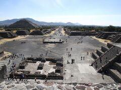 月のピラミッド上から観た遺跡全景  テオティワカンとは、ナワトル語で「神々の都市」という意味で、これは12世紀頃にこの地にやってきて、すでに廃墟となっていた都市を発見した、メシカ人(アステカ人)が命名した。アステカ人はテオティワカンを後々まで崇拝の対象とした。