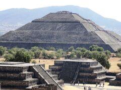 太陽のピラミッド  頂上に人が多数登っています。