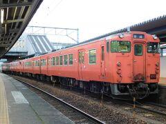 2017.12.29 新山口 山陽本線の普通列車は新幹線接続駅で小休止をとりながら運転されることが多い。今日は今年最後の平日ダイヤ施行日だ。山口線の普通列車は堂々のタラコ4連。