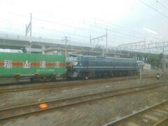 """2017.12.29 岩国ゆき普通列車車内 徳山到着直前…うわぁ調査不足だった…「福通エクスプレス」の緑一色編成をEF66-27が牽いてる!EF66にご興味を持っていただいた""""フォートラ""""のtadさまにメールしたところ、速攻撮影され旅行記に上げられていた。ありがとうございました。"""